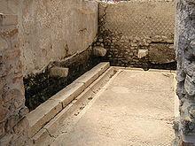 Rzymska latryna w Minturno (fot. Wikipedia, lic. C.C.3,0)