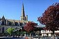 Mirepoix Place des Couverts sur fond de cathédrale St-Maurice.jpg