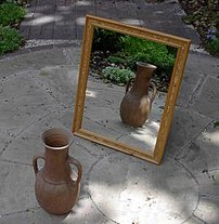 {{en}}: A mirror, reflecting a vase.