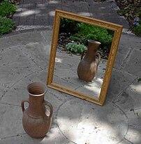 {{en}}: A mirror, reflecting a vase. {{es}}: U...