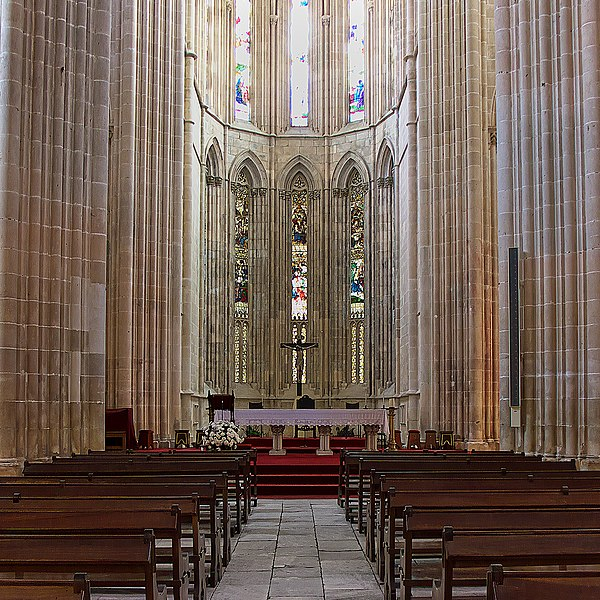 File:Monasterio de Batalha. Presbiteiro.jpg