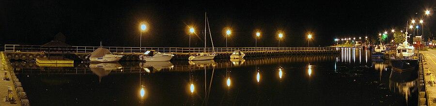 English: East wharf at nightPolski: Nabrzeże wschodnie (basen postojowo-rybacki) nocą
