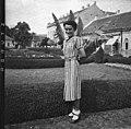 Nő áll a Tóth Kálmán téren. Fortepan 76684.jpg