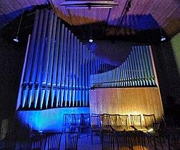 Neusäß, St. Ägidius (Hindelang-Orgel bei Nacht, blau gelb) (1).jpg
