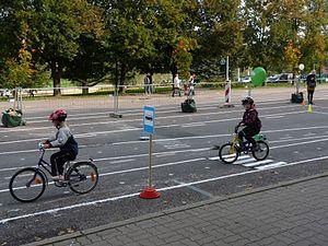 Noored jalgratturid liikluslinnakus Vabaduse puiesteel Tartu linna tervisepäeval, 22. september 2012.jpg