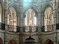 Noyon (60), cathédrale Notre-Dame, chœur, tribunes du rond-point de l'abside avec Vierge à l'Enfant.jpg