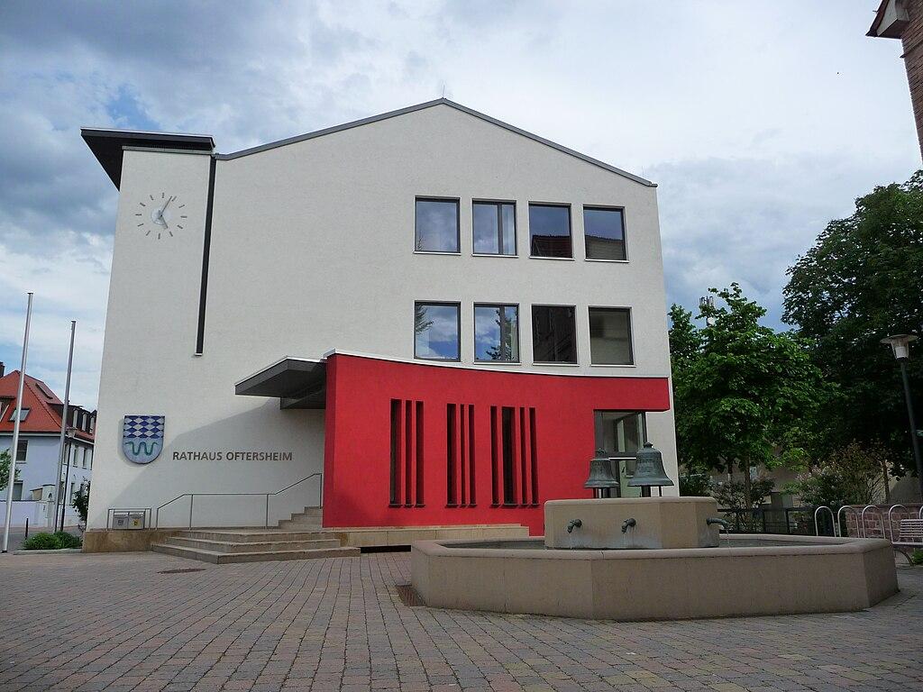 Oftersheim Rathaus mit Brunnen