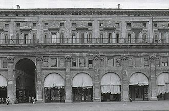 Palazzo dei Banchi - Detail of the façade. Photo by Paolo Monti, 1979.