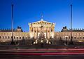 Parlament Wien abends mit Autos.jpg