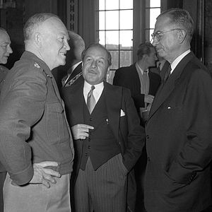 Pierre Dupuy (diplomat) - Pierre Dupuy (c.) in conversation with Dwight D. Eisenhower and Brooke Claxton (1951)