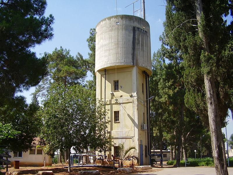 מגדל המים בקיבוץ המעפיל