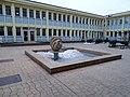 Poliklinika Zahradní Město, fontána s plastikou Stuha (01).jpg