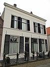foto van Pand, bestaande uit twee huizen onder schilddaken, die achter tegen puntgevels aansluiten