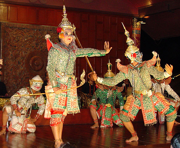 https://upload.wikimedia.org/wikipedia/commons/thumb/5/52/Ramayana_Dance%2C_Royal_Orchid_Hotel%2C_Bangkok_a014.jpg/583px-Ramayana_Dance%2C_Royal_Orchid_Hotel%2C_Bangkok_a014.jpg