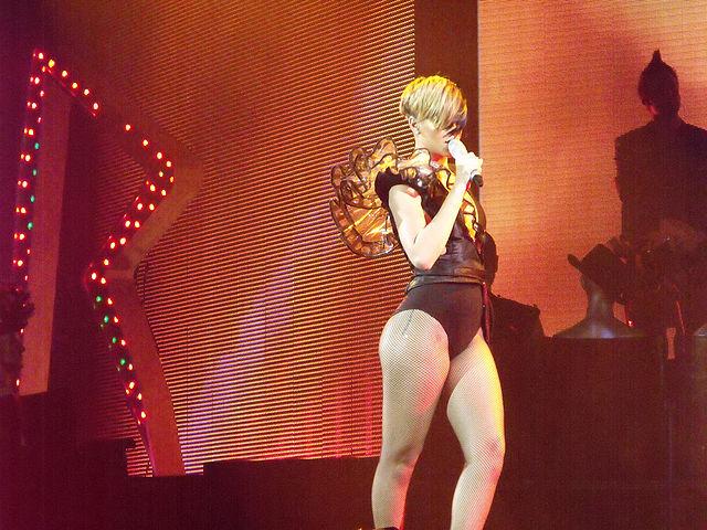 Datei:Rihanna performance.jpg