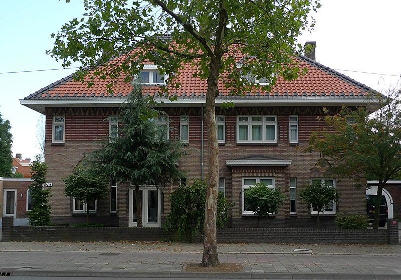 Dubbel woonhuis in de gevels is invloed van de expressionistische architectuur zichtbaar door - Expressionistische architectuur ...