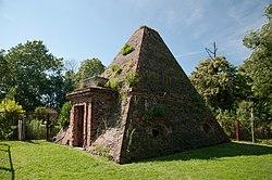 Rożnów - grobowiec piramida rodzin Eben i Mohring - jerzy m23.jpg