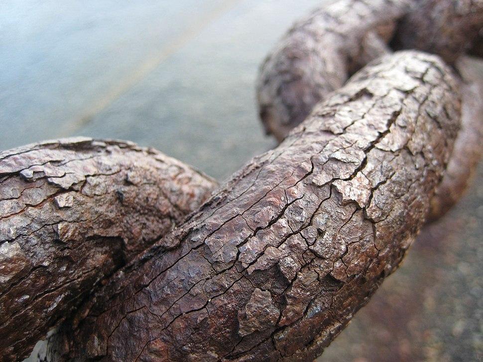 Os elos dunha cadea de ferro enferruxados pola oxidación.