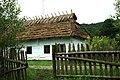 Sanok, skanzen, sektor Walddeutsche, dům a plot.jpg