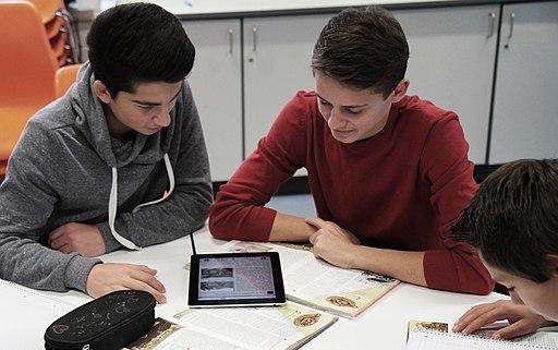 Schüler arbeiten mit dem mBook