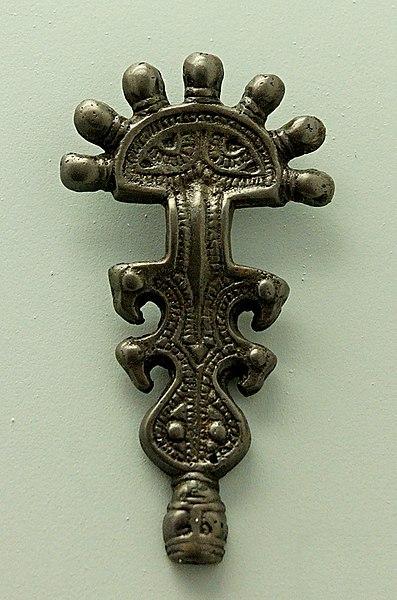 File:Slavic fibula Crypta Balbi.jpg