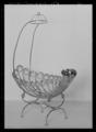 Spädbarnssäng, tillverkad av svärdfejaren A Ek, Stockholm efter ritning av professor Magnus Isaeus - Livrustkammaren - 10515.tif