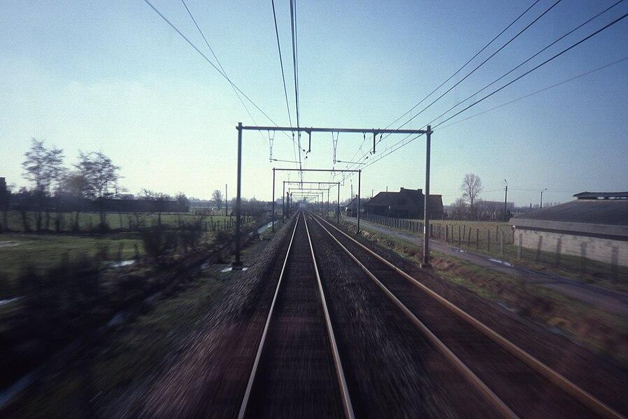 Zicht vanuit de trein net voor Waregem bij Zulte.