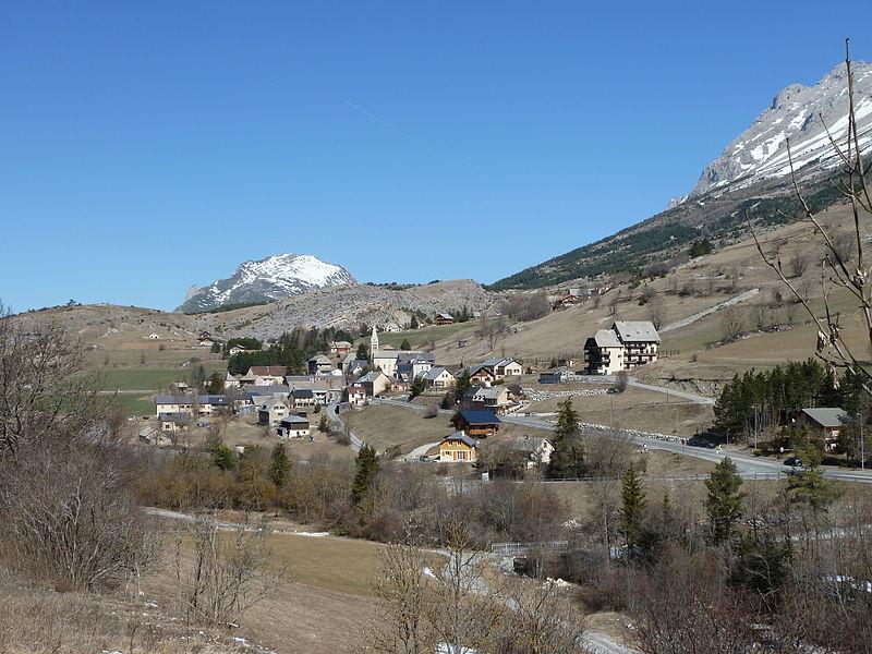 Vue générale de St Étienne en Dévoluy. Au fond, le Gigon ou montagne de Saint-Gicon