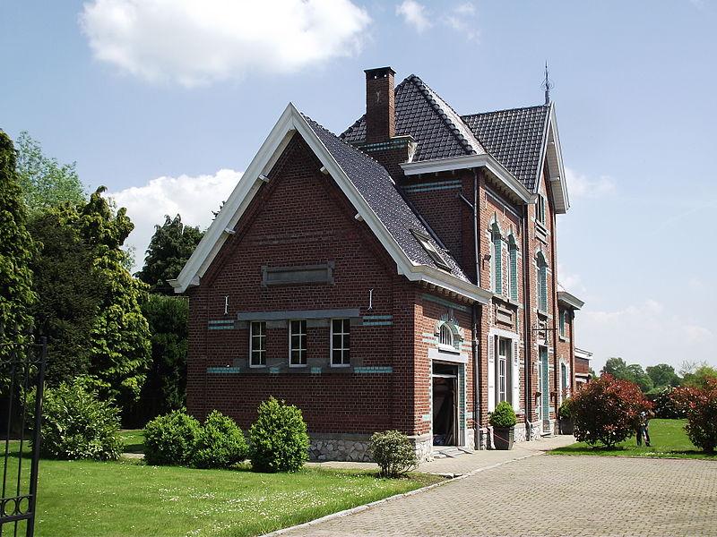 De vroegere stelplaats en station van de buurtspoorwegen in Sart-Risbart. De stationsgebouwen zijn nu bewoond en privé eigendom. Hier het hoofdgebouw met wachtzaal en loket.