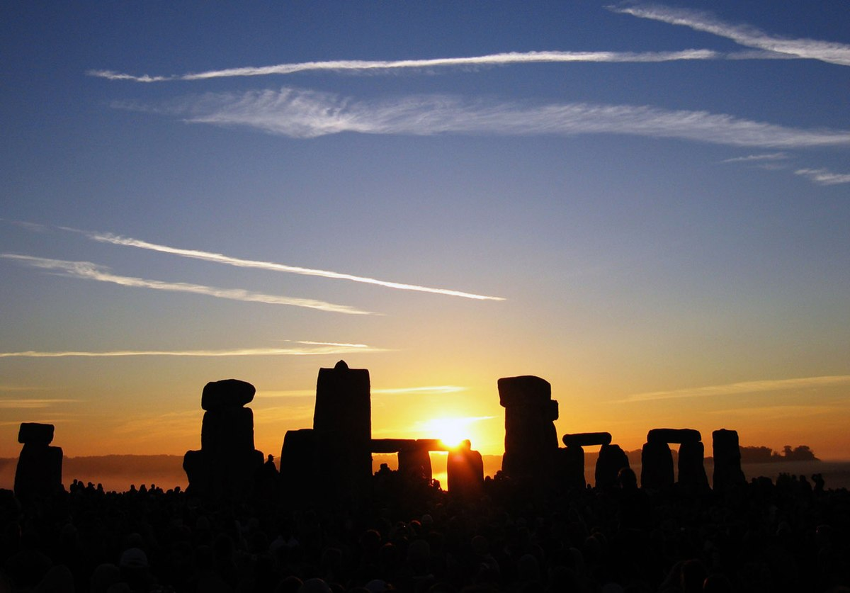 Summer Solstice Sunrise over Stonehenge 2005.jpg