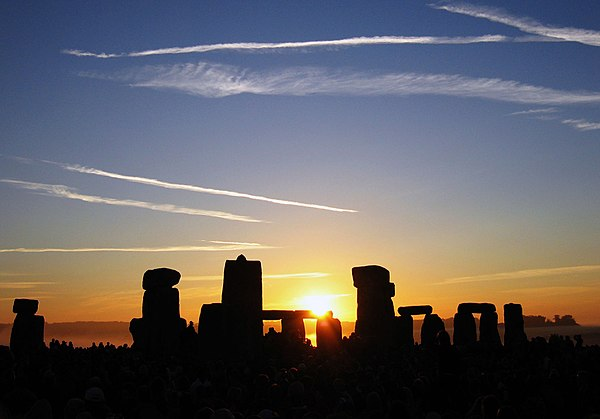 Summer Solstice Sunrise over Stonehenge 2005.jpg