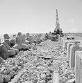 Taludbeschermers aan de kant van het water bij een spoorbaan in aanbouw, in het , Bestanddeelnr 255-2564.jpg
