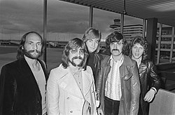 The Moody Blues im Jahr 1970im Flughafen Schiphol(v. l n. r.: Mike Pinder, Graeme Edge, Justin Hayward, Ray Thomas, John Lodge)