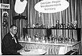 """Theodor Piegler mit dem aktuellen Sortiment (1970) an Friseurbedarfsartikeln seiner Nürnberger Metallwarenfabrik """"Gebr. Piegler"""" bei der Euro Friwa Musterschau in den Huttensälen in Würzburg (01.07.1970).jpg"""