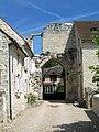 Thiers-sur-Thève (60), ruines du château, entrée (détail).jpg