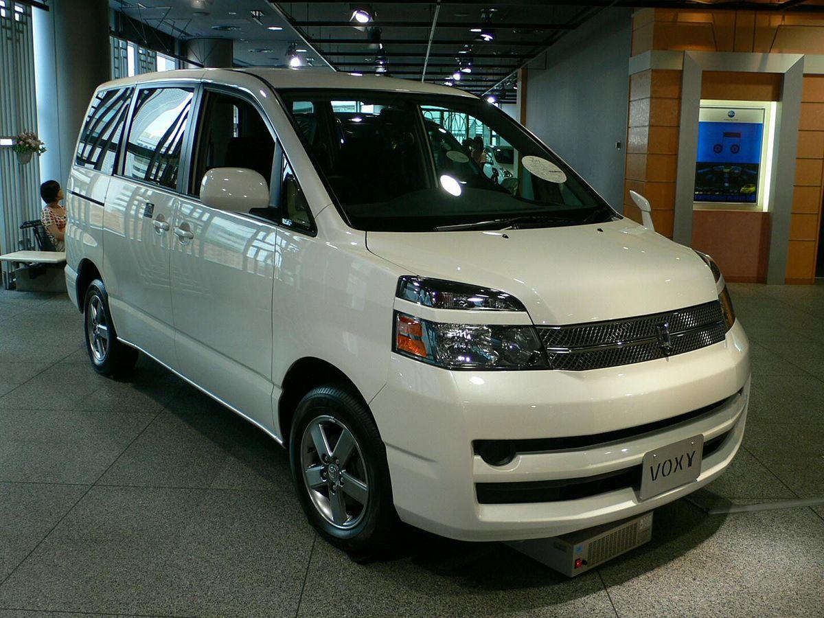 Toyota Voxy 01.jpg