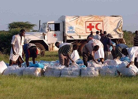 ケニアで救援活動を行うUNHCR職員ら(2006年)。
