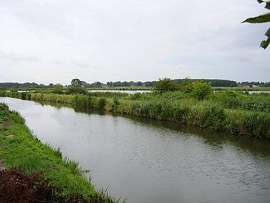 390px-Uitzicht_vanaf_de_Leeuwenborg_over_Termunsterzijldiep%2C_fietspad_en_naastliggend_natuurgebied_-_panoramio.jpg