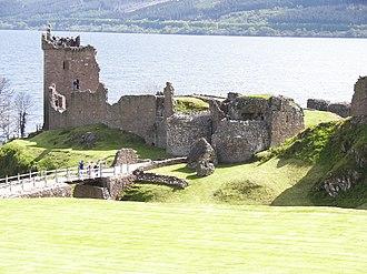 Urquhart Castle - Image: Urquhart Castle distance 2