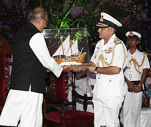 Nikhil Kumar - Vice Admiral Satish Soni presenting a memento to the state Governor Shri Nikhil Kumar