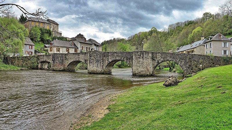 Fichier:Vigeois, le pont médiéval sur la Vézère.jpg