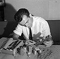 Volwassen man speelt met kurk Naast hem sigaren in een sigarendoos gecamoufleer, Bestanddeelnr 254-0904.jpg