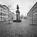 Vooraanzicht ruiterstandbeeld van Toon Dupuis, 1921, met overzicht van het plein - Breda - 20332300 - RCE.jpg