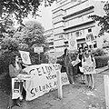 Vrouwen demonstreren voor gelijke lonen bij Ministerie van Sociale Zaken, Bestanddeelnr 926-5161.jpg