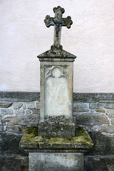 E Weekräiz um 'Ale Kierfecht' bei der Kierch zu Waldbriedemes.Inskriptioun: das verfalenne Kreitz widerhergestellt J Brandenburger und M Groos von Waldbredimus den 2. Merz 1863.