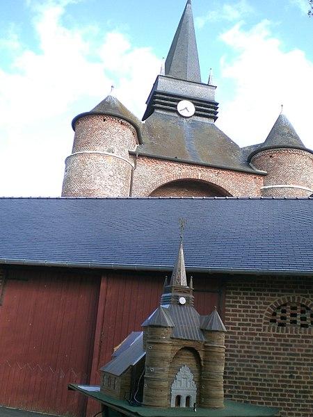 église Saint-Médard de Parfondeval vue depuis de le gite voisin en septembre 2012 - jour des monuments historiques avec sa réplique miniature
