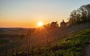Östringen - Tiefenbach - Kreuzbergkapelle - Situationsansicht von Osten bei Sonnenuntergang.jpg