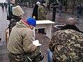 Активіст Майдану з книжкою Материнська молитва 20140302 201403029321.jpg