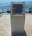 Мемориальная стела, установленная в честь визита А. Тасмана на о. Тонгатапу.jpg