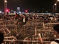 香港示威者築起鐵馬陣阻止警方清場.jpg